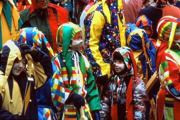Auch kleine Narren haben ihren Spaß beim Fetzenumzug. (Foto Udo Haafke)
