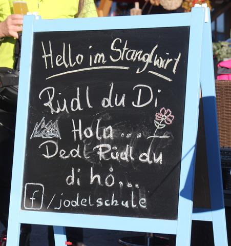 Eine kleine Tafel wirbt für die Jodelschule. (Foto Karsten-Thilo Raab)