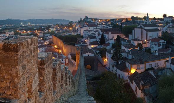 Óbidos mit seiner prächtigen alten Stadtmauer.