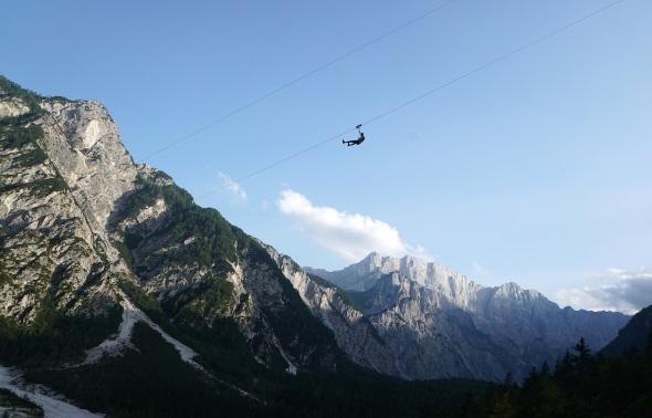 Adrenalinjunkies überfliegen an Stahlseilen die Riesenschanze von Planica. (Foto Aleš Fevžer)