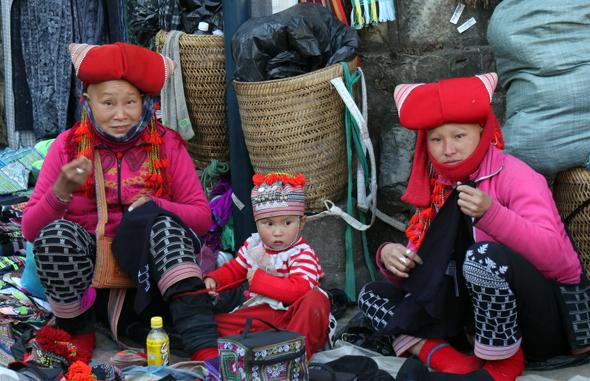 Die Roten Dao bieten in Sapa ihre Handarbeitsartikel zum Kauf an. (Foto Karsten-Thilo Raab)