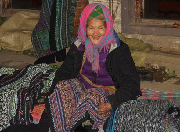 Eine Angehörige eines indigen Bergvolkes bietet auf den Straßen von Sapa Souvenirs an. (Foto Karsten-Thilo Raab)