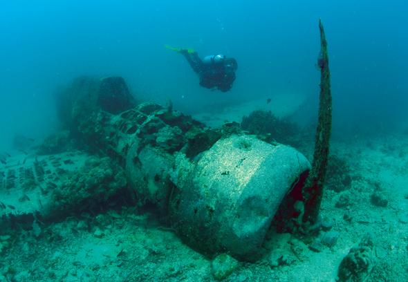 Neben Korallen und Fischen gibt es vor Papua Neuguinea auch manches Wrack zu entdecken.