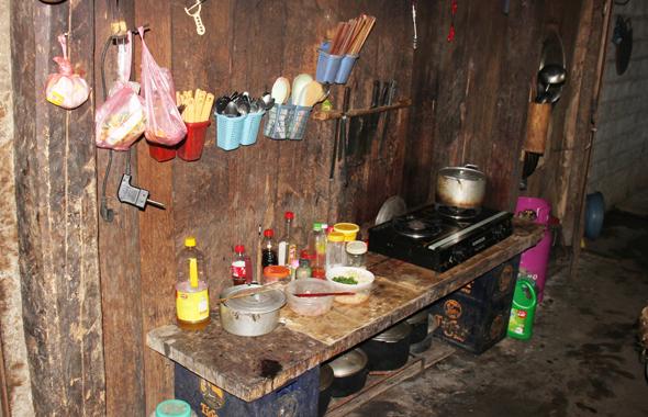 Die Häuser in Ta Van sind meist spärlich eingerichtet, wie der Blick in die Küchenzeile zeigt. (Foto Karsten-Thilo Raab)