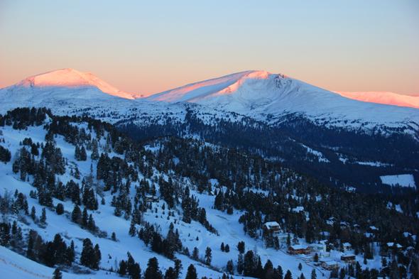 Traumhaft färbt sich die Winterlandschaft an der Turracher Höhe im Licht der aufgehenden Sonne. (Foto Karsten-Thilo Raab)