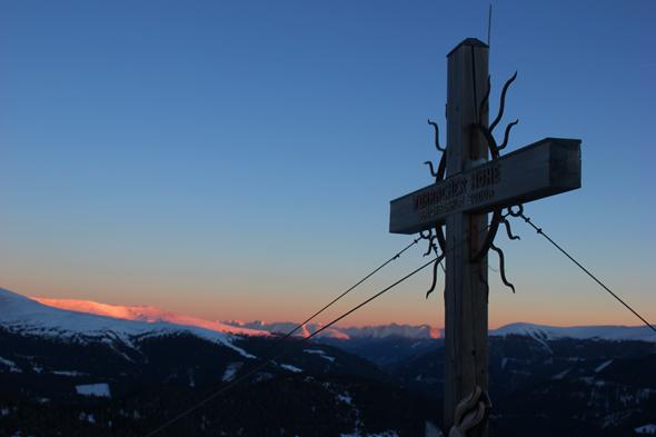 Die Morgensonne taucht das Gipfelkreuz in stimmungsvolles Licht. (Foto Karsten-Thilo Raab)
