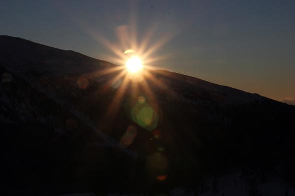 Langsam schiebt sich die Morgensonne über die Berge der Turracher Höhe. (Foto Karsten-Thilo Raab)