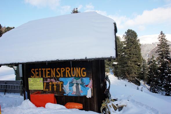 Humor im Schnee: der Seitsprung-Lift ist mit Büstenhaltern und Slips dekoriert. (Foto Karsten-Thilo Raab)