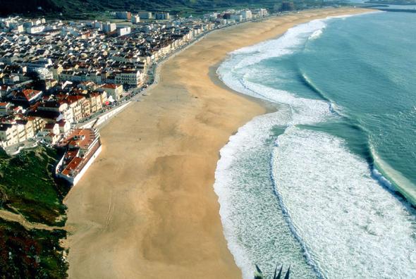 Beliebter Surfspot in Portugal: die Praia da Nazare.