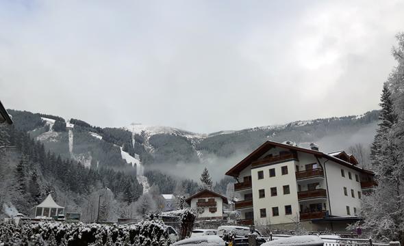 Blick aus dem Hotel auf die Schmittenhöhe. (Foto Karsten-Thilo Raab)