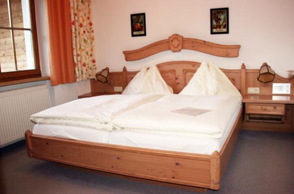 Alpenländisches Flair herrscht in den Schlafzimmern. (Foto Karsten-Thilo Raab)