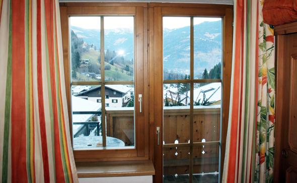 Blick aus dem Hotelzimmer Richtung der im Tal gelegenen Innenstadt von Zell am See. (Foto Karsten-Thilo Raab)