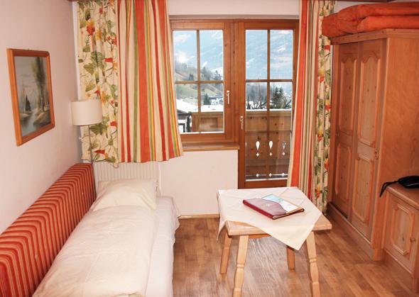 Die Couch im Wohnraum der großzügigen Apartments kann schnell zu einem zusätzlichen Bett umgebaut werden. (Foto Karsten-Thilo Raab)