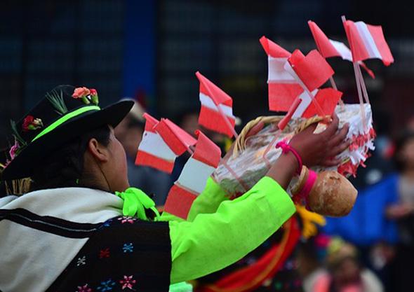 Die Jecken Peruaner lassen es sich nicht nehmenb, auf der Straße zu tanzen.