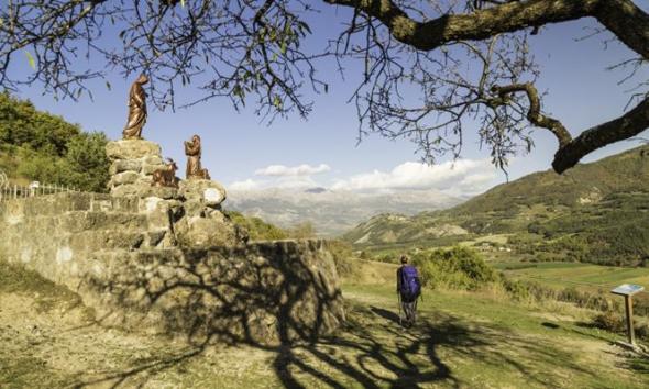 """Fünf UNESCO Weltkulturerbe, elf Naturparks und mehrere mit dem Label """"Kunst und Geschichte"""" ausgezeichnete Orte erwarten die Touristen und Pilger auf den Pfaden der Via Alta. (Foto Comité Régional de Tourisme Provence-Alpes-Côte )"""