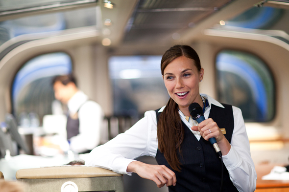 Locker und launig erläutert das Zugpersonal während der Fahrt die Sehenswürdigkeiten und landschaftlichen Höhepunkte.