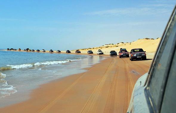 Auf dem Weg nach Nouakchott rollt die Kolonne auch schon mal über Strandabschnitte.