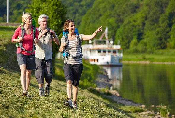 Entlang der Weser führen abwechslungsreiche Wanderwege durch die Mittelgebirgsregion. (Foto: djd)
