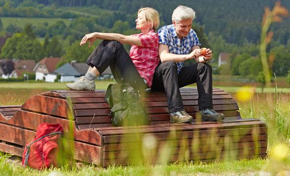 """Der Natur ganz nah: Die Solling-Vogler-Region bietet vielfältige Möglichkeiten zum Wandern, etwa auf dem Weserbergland-Weg, einem der """"Top Trails of Germany"""". (Foto: djd)"""