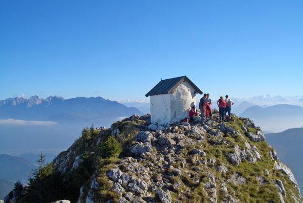 Aussichtsreich und entschleunigend: Gipfeltouren und Genusswanderungen in der Region rund um den Chiemsee. (Foto: djd)