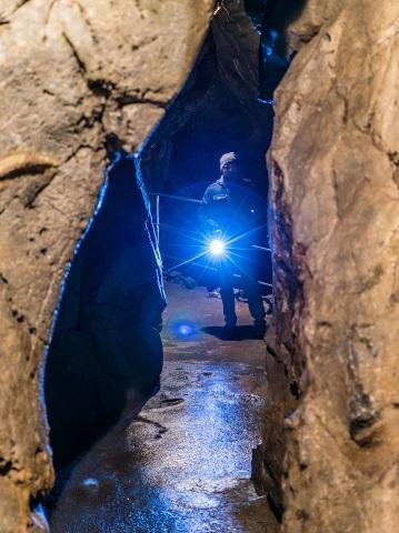 Bei einer Taschenlampenführung können sich die Besucher in die Entdecker der Rübeländer Höhlen hineinversetzen und zwischen den Tropsteinen umher wandeln. (Foto: djd)