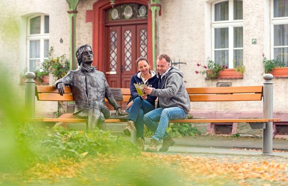 Das lebensgroße Goethedenkmal in Wetzlar erinnert an den berühmten deutschen Dichter. (Fotos: djd)