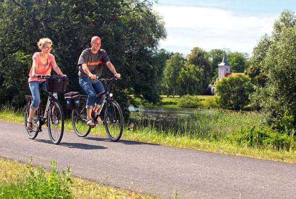 Der Oder-Neiße-Fernradweg führt immer auf dem Oderdeich entlang und bietet schöne Ausblicke. (Foto: djd)