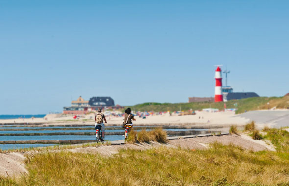 Blick aufs Meer: Ostfriesland mit seiner vielfältigen Landschaft und dem Unesco-Weltnaturerbe Niedersächsisches Wattenmeer lässt sich sehr gut mit dem Fahrrad erkunden. (Foto: djd)