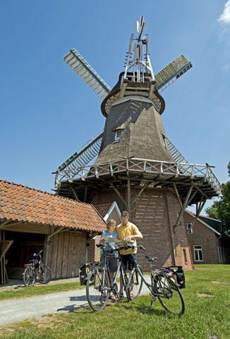 Entlang der sogenannten Fehnroute sind viele Mühlen noch erhalten und werden bis heute liebevoll gepflegt. (Foto: djd)