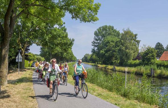 Langgezogene Kanäle prägen das ostfriesische Binnenland. Radwanderer finden hier ein gut ausgebautes und abwechslungsreiches Streckennetz vor. (Foto: djd)
