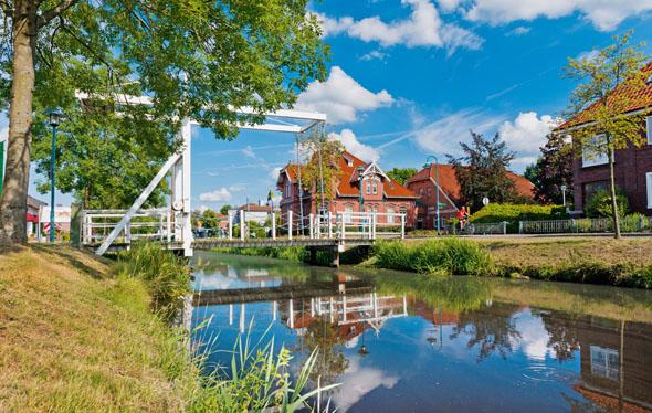 Friesische Kultur und Natur erleben: Die weißen Klappbrücken sind charakteristisch für die Region. (Foto: djd)