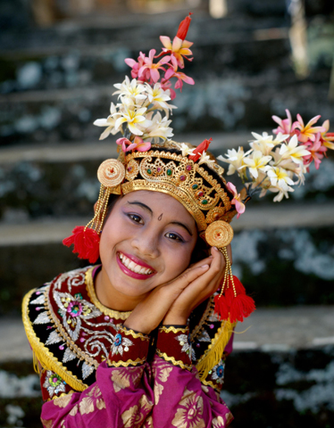 Hübsch und überaus ausdrucksstark: eine balinesische Tänzerin.