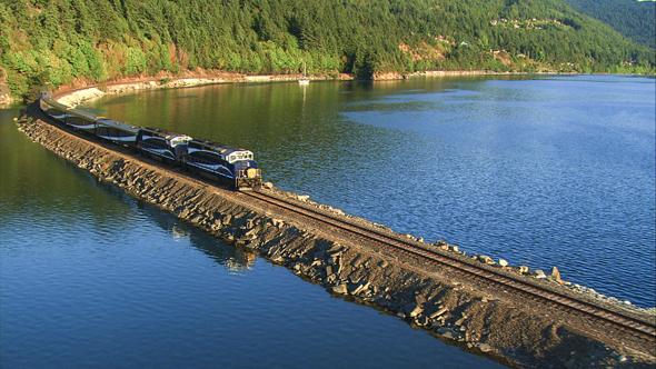 Auf dem Küstenabschnitt führt die Strecke immer wieder auch über eigens errichtete Dämme.
