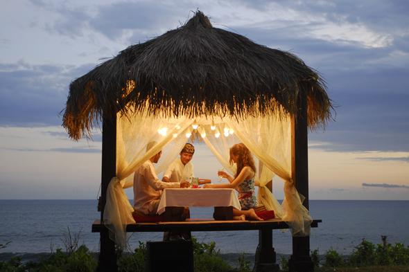 Auch Romantiker kommen - wie hier beim stilvollen Dinner auf Bali - voll auf ihre Kosten.