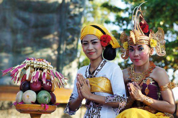 Farbenfroh gekleidet und überaus freundlich sind die Menschen in weiten Teilen von Indonesien.