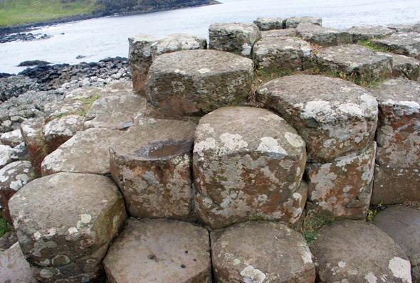 Octagonal, mächtig und bis zu zweieinhalb Meter hoch sind die Basaltsäulen am Giant's Causeway. (Foto Karsten-Thilo Raab)