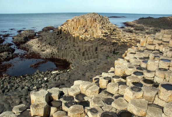 Rund 37.000 Basaltsäulen prägen den wohl spketakulärsten Abschnitt der Antrim Coast. (Foto Karsten-Thilo Raab)