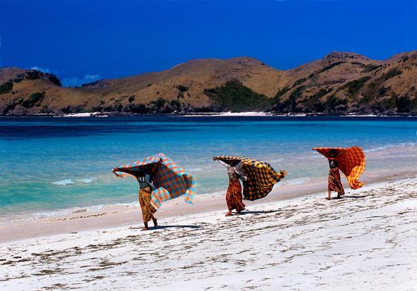 Auf Lombok wehen die bunten Sarongs einiger Starndverkäuferin im Wind.