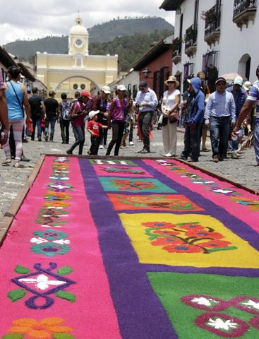 Die Herstellung von Prozessionsteppichen ist eine der beliebtesten Bräuche in Guatemala. (Fotos CATA)