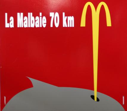 Sogar die Werbung entlang des Sankt-Lorenz-Stroms ist auf das Thema Wal eingestimmt. (Foto Karsten-Thilo Raab)