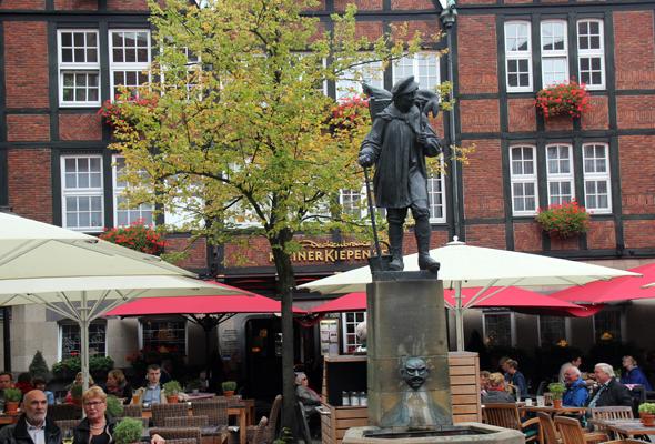 Rund um das Kiepenkerl-Denkmal finden sich zahlreiche Cafés und Restaurants. (Foto Karsten-Thilo Raab)