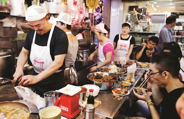 Die taiwanesischen Nachtmärkte sind Treffpunkt, Einkaufsparadies und Genussviertel zugleich.