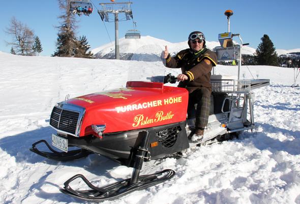 Mit seinem knallroten Snowmobil ist Elmar Ebner regelmäßig an der Turracher Höhe unterwegs. (Foto Karsten-Thilo Raab)