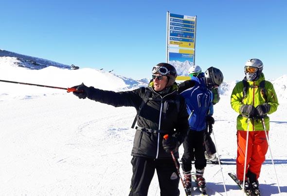 Auf dem Kornock erläutert Elmar Ebner den Gästen die Besonderheiten des Skigebiets an der Turracher Höhe. (Foto Karsten-Thilo Raab).