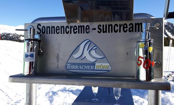 Sonnencreme-Spender auf dem Snowmobil des Pistenbutlers. (Foto Karsten-Thilo Raab)