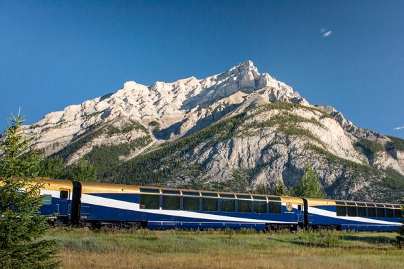 Vorbei an den schneebedeckten Gipfeln der Rocky Mountains geht es nach Banff.