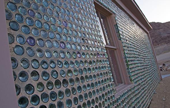 Ungewöhnlicher Blickfang in Rhyolite: ein Haus, dessen Wand mit Glasflaschen errichtet wurde.