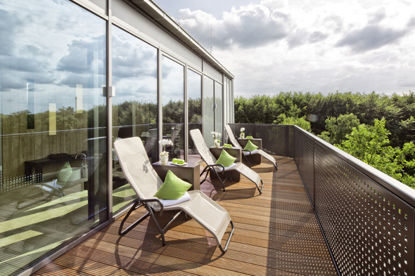 Von der Terrasse des Sauna- und Fitnessbereiches lassen sich herrlichen Blicke auf den nahen Aasee werfen. (Foto Mövenpick)