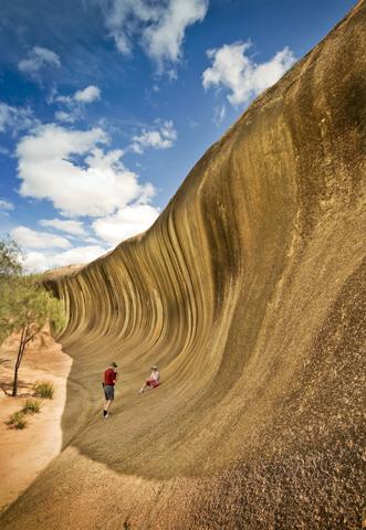 """Lädt zumindest optisch zum """"Trocken-Surfen"""" ein: die steinerne Welle am Wave Rock bei Hyden. (Foto Tourism Western-Australia)"""