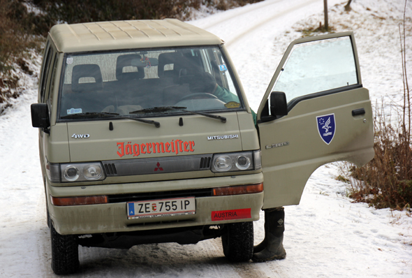 """Mit dem """"Jägermeister-Mobil"""" bringt Gerhard Schaffer die Tierfreunde zur Futterstelle. (Foto Karsten-Thilo Raab)"""